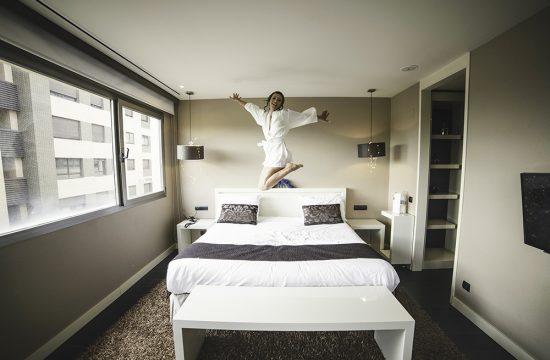 Novia saltando en la cama
